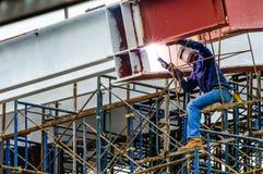 Barras de acero de soldadura de un trabajador de construcción. Fotos de archivo