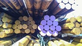 Barras de acero en la acción La forma del transporte de acero Acero para la expo Fotografía de archivo libre de regalías