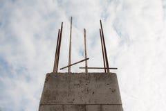 Barras de acero reforzadas en pilares de la construcción imagenes de archivo