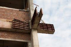 Barras de acero reforzadas en pilares de la construcción fotografía de archivo