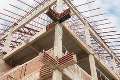 Barras de acero reforzadas en pilares de la construcción foto de archivo