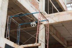 Barras de acero reforzadas en pilares de la construcción Foto de archivo libre de regalías