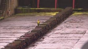 Barras de acero sólidas grandes en un astillero almacen de video