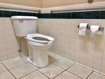 Barras de apoio em um banheiro deficiente Imagem de Stock Royalty Free