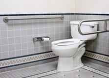 Barras de ayuda inoxidables en cuarto de baño de la desventaja Imagen de archivo