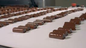 Barras de caramelo de chocolate en una fábrica de la comida, cierre para arriba metrajes