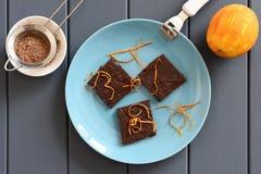 Barras de caramelo hechas a mano deliciosas de chocolate con las cáscaras de naranja en turquoi Imágenes de archivo libres de regalías