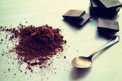 Barras de chocolate com o montão do pó de cacau imagem de stock royalty free