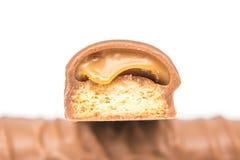 Barras de chocolate com suficiência do caramelo imagem de stock
