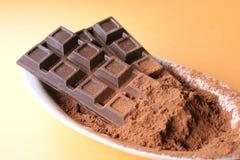 Barras de chocolate con cacao Imagenes de archivo