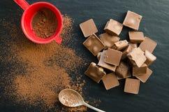 Barras de chocolate con el montón del polvo de cacao Imagen de archivo