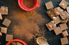 Barras de chocolate con el montón del polvo de cacao Fotografía de archivo libre de regalías
