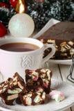 Barras de chocolate con las melcochas y las galletas en una tabla de madera blanca Año Nuevo e invitación de la Navidad Fotos de archivo