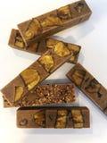 Barras de chocolate do artesão do vegetariano com banana imagens de stock