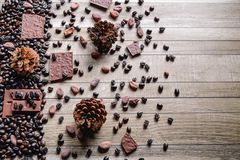 Barras de chocolate e feijões de café com feijões de cacau imagem de stock royalty free