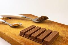 Barras de chocolate em uma placa de madeira rústica Alimento doce fotos de stock