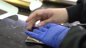 Barras de chocolate de empaquetado en envolturas en fábrica almacen de video