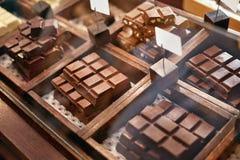 Barras de chocolate en primer de la tienda de la confitería imágenes de archivo libres de regalías