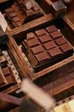 Barras de chocolate en primer de la tienda de la confitería imagenes de archivo