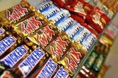 Barras de chocolate en un almacén de caramelo Foto de archivo