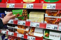 Barras de chocolate en un supermercado foto de archivo libre de regalías