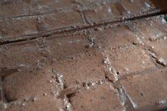 Barras de chocolate hechas a mano hechas con los ingredientes simples imagenes de archivo