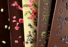 Barras de chocolate hechas a mano (con los pétalos escarchados) Imágenes de archivo libres de regalías