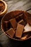 Barras de chocolate no bown fotos de stock royalty free