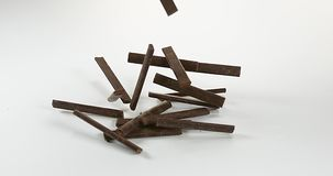 Barras de chocolate que caen en el fondo blanco, almacen de metraje de vídeo