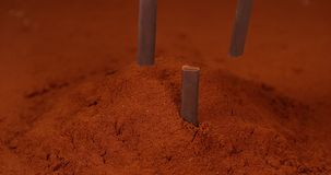 Barras de chocolate que caen en polvo negro del chocolate, almacen de video