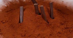 Barras de chocolate que caen en polvo negro del chocolate, almacen de metraje de vídeo
