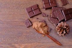 Barras de chocolate y chocolate pulverizado imágenes de archivo libres de regalías