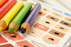 Barras de color de Cmyk con los lápices del color Fotografía de archivo libre de regalías