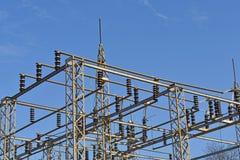 Barras de distribución eléctricas de la subestación eléctrica fotografía de archivo