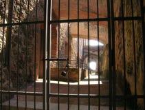 Barras de ferro com um fechamento na fortaleza foto de stock royalty free