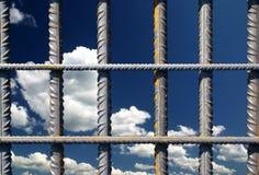 Barras de ferro em um céu azul imagens de stock