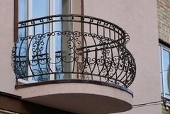 Barras de ferro forjado abertas do balcão do metal preto com teste padrão fotografia de stock royalty free