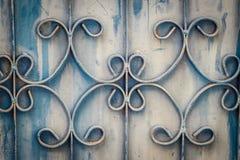 Barras de ferro forjado velhas na porta com grunge e aço oxidado b imagem de stock