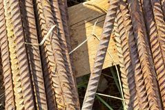 Barras de ferro oxidadas em uma pálete fotos de stock
