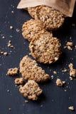 Barras de granola caseiros em um fundo preto Fotos de Stock