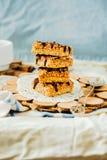Barras de granola caseiros orgânicas com caramelo e chocolate da data de sal Foco seletivo fotos de stock royalty free