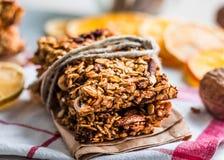 Barras de Granola citrino, sementes, manteiga de amendoim e frutos secos fotografia de stock