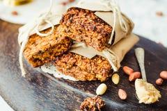 Barras de granola da abóbora com manteiga e sementes de amendoim fotografia de stock royalty free