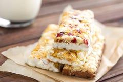 Barras de granola deliciosas com aveia, mel e iogurte, alimento saudável para o café da manhã fotografia de stock royalty free