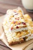 Barras de granola deliciosas com aveia, mel e iogurte, alimento saudável para o café da manhã imagens de stock royalty free