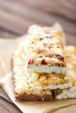 Barras de granola deliciosas com aveia, mel e iogurte, alimento saudável para o café da manhã imagem de stock royalty free