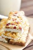 Barras de granola deliciosas com aveia, mel e iogurte, alimento saudável para o café da manhã fotografia de stock