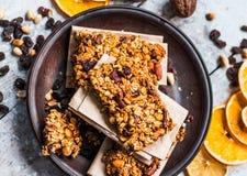 Barras de Granola fruta cítrica, mantequilla de cacahuete y frutos secos, comida sana imagenes de archivo