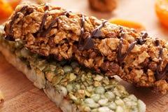Barras de Granola na placa de madeira com frutos Imagem de Stock