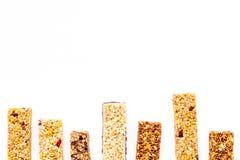 Barras de Granola para o espaço branco da cópia da opinião superior do fundo do café da manhã nutritivo saudável imagem de stock